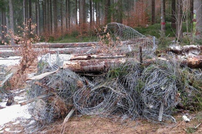 Im Bereich der Wilzschmühle bei Carlsfeld liegt der Draht zum Abtransport bereit.
