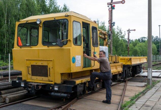 Außer mit dem Schienentrabi ist Thomas Krauß vom Verein Sächsischer Eisenbahnfreunde auch mit diesem Baufahrzeug auf der Muldentalbahntrasse unterwegs. Es hat einen Bremsweg von mehreren Hundert Metern.