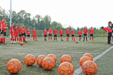 Der Ball rollt auch im Westsachsenstadion wieder. Das Foto entstand am Montagabend beim Training der U 19 des FSV Zwickau, die auch in der neuen Saison in der Regionalliga auf Torejagd geht.