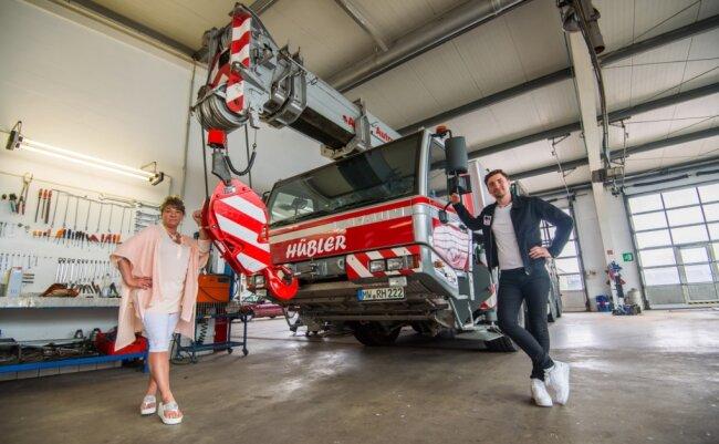 Mit schwerem Gerät, wie diesem Mobilkran, kennen sie sich aus: Prokuristin Romy Berndt und Bergungsleiter Philipp Georg Berndt von der Firma ASH Hübler aus Schlegel.