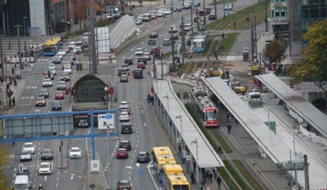 Blick auf die Bahnhofstraße an der Chemnitzer Zentralhaltestelle im Oktober 2017, wo umfangreiche Bauarbeiten gestartet sind.
