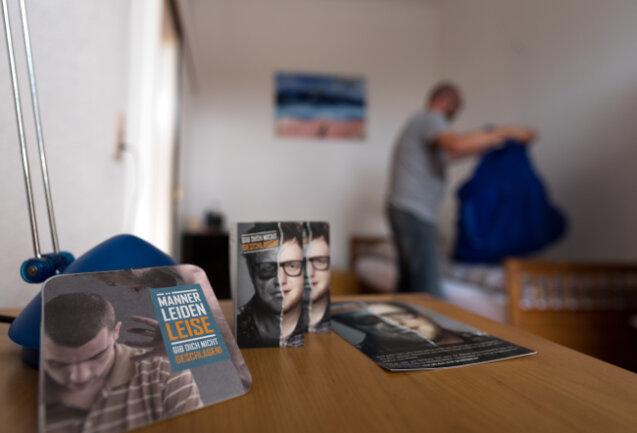 Informationsmaterial für männliche Opfer häuslicher Gewalt liegt auf einem Schreibtisch in einer Schutzwohnung. Der neu gegründete Verein bietet betroffenen Männern Hilfe und Beratung.