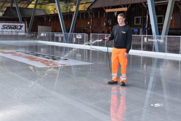 Das Eis ist mittlerweile schon zehn Zentimeter dick. Bis zum Start am Freitag sollen weitere fünf Zentimeter hinzukommen. Im Bild: Alexander Weiske von den Stadtwerken.