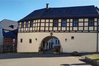 Hier entsteht das Erlebniszentrum Perlmutter in Adorf: Es umfasst das Fachwerkhaus Graben 2 (links), das Freiberger Tor (rechts) und einen Neubau im bislang nie bebauten Platz zwischen beiden Häusern.