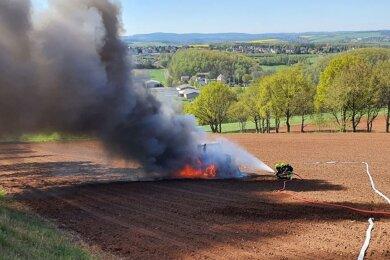 Ende April mussten die Reinsdorfer Feuerwehrleute einen brennenden Traktor auf einem Feld abseits der Pöhlauer Straße löschen, der aufgrund eines technischen Defektes Feuer fing.