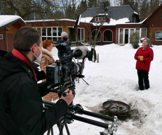 Borstendorfs Ortsvorsteherin Christel Rothamel (r.) hatte viele Fragen von Moderatorin Beate Werner zu beantworten. Bei den Aufnahmen im und am Forsthaus ging es vor allem um den Schachwanderweg.