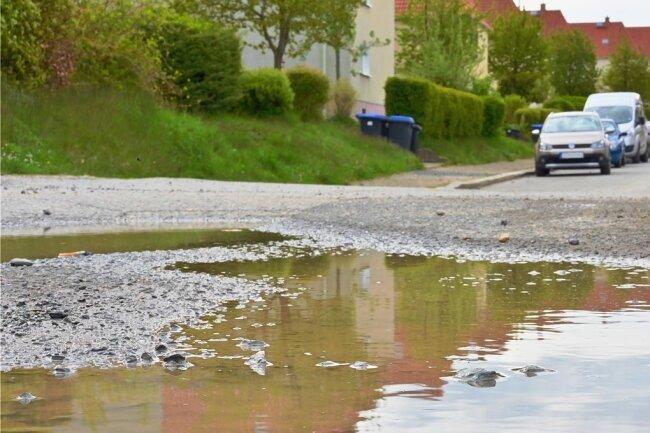 Nicht nur am Ende der Erich-Mühsam-Straße sieht man den schlechten Straßenzustand.