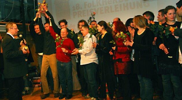 Hoch die Siegertrophäe, den Eisernen Eversteiner: Mit den Gruppen Hotel Palindrone und Folk Destille Jena haben zwei Formationen das in Europa einzigartige Folkherbst-Festival im Malzhaus gewonnen. Plauens Kulturbürgermeister Uwe Täschner (links ) übergab die Preise.
