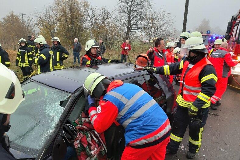 300 Einsatzkräfte proben den Ernstfall am Bahnübergang