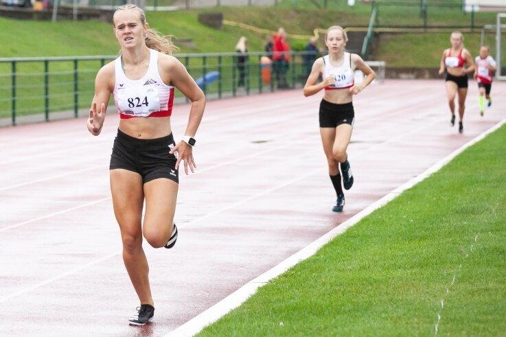 Lisa Weißbach und Tizia Schreiter, beide vom LV 90 Erzgebirge, trotzten im Lauf dem Regen.