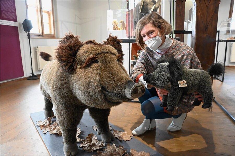 In Plüsch: Detailgetreue Nachbildungen von Tieren stellt die Kösener Spielzeug Manufaktur her. Für die Ausstellung über das Handwerk im Wasserschloss Klaffenbach hat Kuratorin Kathi Halama zahlreiche Stofftiere wie diese Wildschweine nach Chemnitz geholt.