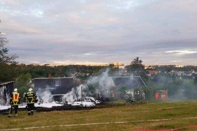 Am Rempesgrüner Weg in Auerbach ist am Sonntagmorgen ein großer Schuppen vollständig niedergebrannt.