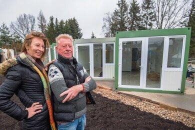 Die beiden Inhaber Claudia Lappöhn und ihr Vater Detlef, die Inhaber der Sportgaststätte Leukersdorf, wollen künftig Übernachtungen in Container-Wohnungen anbieten.