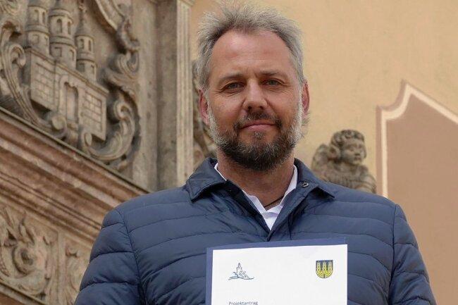 Oberbürgermeister Arne Sigmund mit dem Projektantrag.