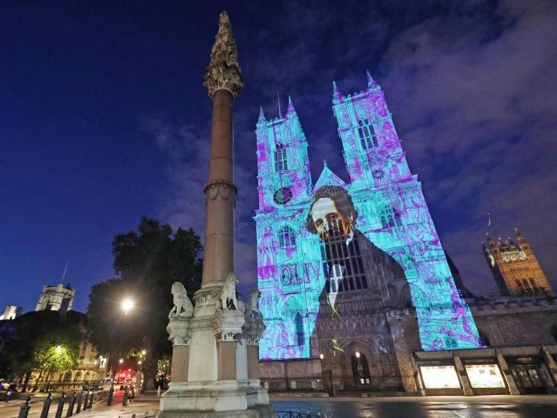 Charles Dickens wird auf die Westtürme der Westminster Abbey projiziert.