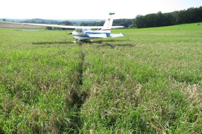 Die Cessna landete auf einem Feld not.