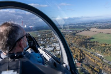 Pilot Matthias Schlick bringt das Segelflugzeug mithilfe eines Ultraleichtflugzeugs bei Rebesgrün in die Luft.