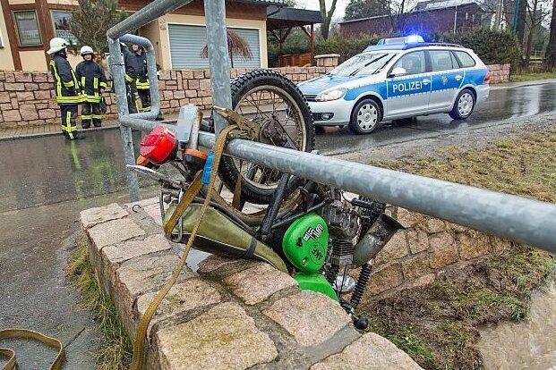 Lenkersdorf: Moped bleibt an Brückengeländer hängen