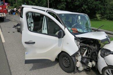 Der kleine Schulbus war frontal in den Gegenverkehr gerast.
