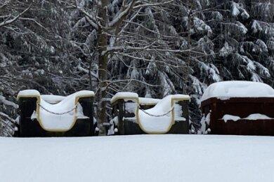Die verschneite Grubenbahn am Besucherbergwerk Grube Tannenberg am Schneckenstein wartet seit Monaten auf Besucher. Noch gibt es keinen Termin für die Wiedereröffnung.