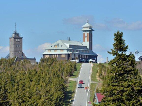Vom Plateau des Fichtelberges (1215 Meter) ragen die Wetterwarte (l) und das Fichtelberghaus auf.