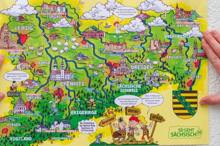 Die vom Freistaat finanzierte und beispielsweise auch an Schulen verteilte Mosaik-Sachsenkarte zeigt ganz Sachsen, nur das Vogtland hatte Pech: Es wurde westlich und südlich von Plauen gekappt. Entspricht das Sachsens Sicht auf den Südwestzipfel des Freistaates?