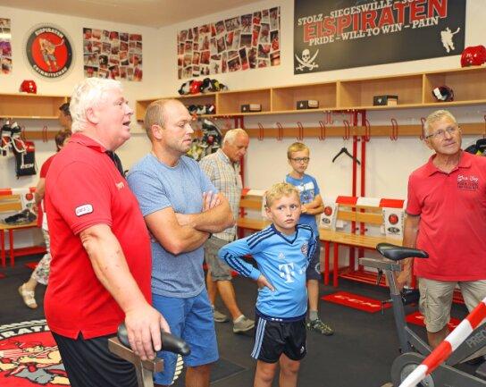 Eispiraten-Mannschaftsleiter Klaus Schietzold hatte in der Spielerkabine des Eishockey-Zweitligisten viele Fragen zu beantworten.