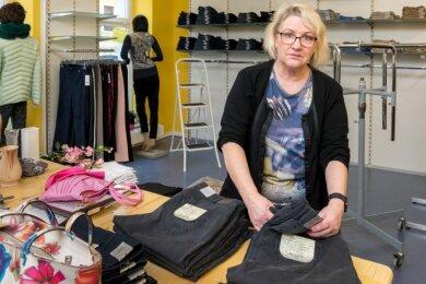 """Monika Gädt nutzt die kundenlose Zeit, um Ware in ihrem Geschäft umzuräumen. Auch der Online-Shop der Marienberger Modeboutique """"Mein Kleiderschrank"""" laufe nur schleppend."""