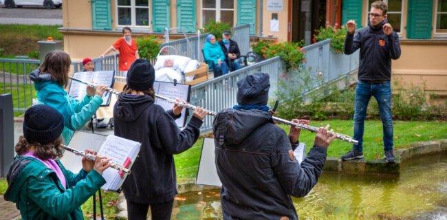 Die New Generation, die Jugendlichen des Oederaner Blasorchesters, erfreuten am Mittwoch die Bewohner und Mitarbeiter des Hospizes mit ihrer Musik. Vom kühlen Wetter ließ sich niemand stören.