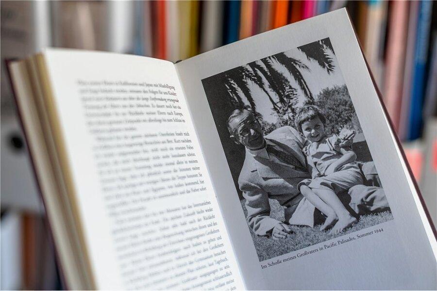 """Die Aufnahme in dem Buch """"Achterbahn"""" von Frido Mann zeigt ihn als Kind neben seinem Großvater Thomas Mann im kalifornischen Pacific Palisades in den USA. Dorthin war Thomas Mann ins Exil gegangen. An Bord eines Schiffes empfand er Rundgänge auf dem Deck als """"verdummend""""."""
