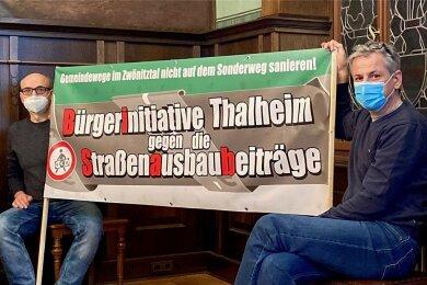 Ausdauernder Protest im Stadtrat: In der jüngsten Sitzung (Anfang Februar) hielten Jörg Gietzelt (links) und Carsten Korn das Banner der Bürgerinitiative den ganzen Abend über aufrecht.