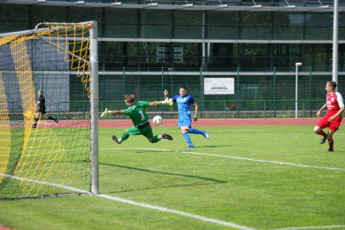 Aufstiegsspiel zur Landesklasse in Flöha: Mohammed Khemiri erzielt das 1:0 für den SV Auerhammer gegen den 1. FC Pirna.