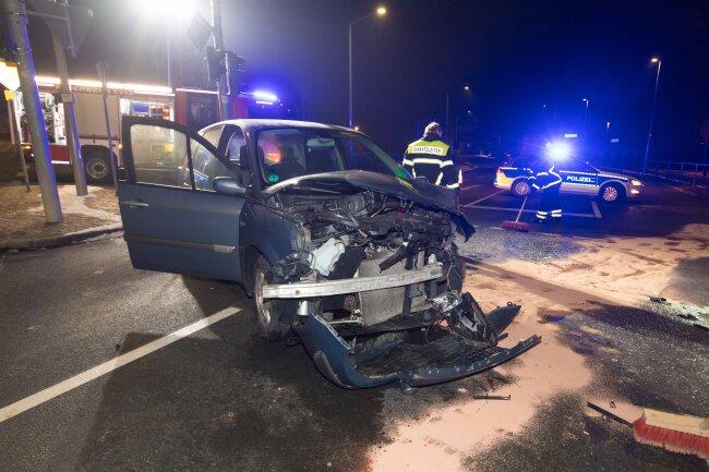 Auf der Kreuzung B 101/B 173 in Freiberg sind bei einem Unfall in der Nacht zu Donnerstag zwei Personen verletzt worden.