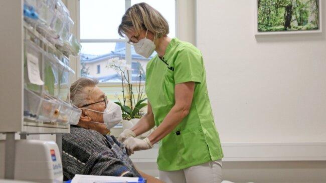 Ärztin Daniela Georgi-Larimore mit einem Patienten in ihrer Praxis in Friedrichsgrün. Impfungen gehören für die Medizinerin zur Routine.