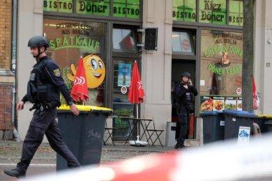 Polizisten in Halle/Saale: Bei Schüssen sind hier nach ersten Erkenntnissen zwei Menschen getötet worden.