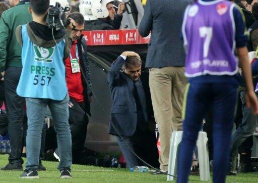 Istanbul-Derby abgebrochen: Besiktas-Trainer verletzt