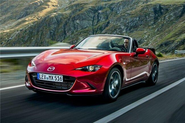 Auch den jetzt überarbeiteten Roadster MX-5 baut Mazda weiterhin mit Softtop oder mit versenkbarem festen Dach.