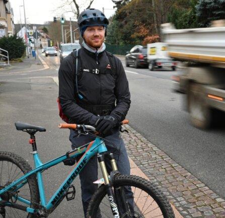 Etwa an dieser Stelle wurde Peter Sterzel von einem Lkw angefahren, als er mit dem Fahrrad auf der Straße nach Hause fuhr. Ein Lkw hatte ihn überholt und zu wenig Abstand gehalten.