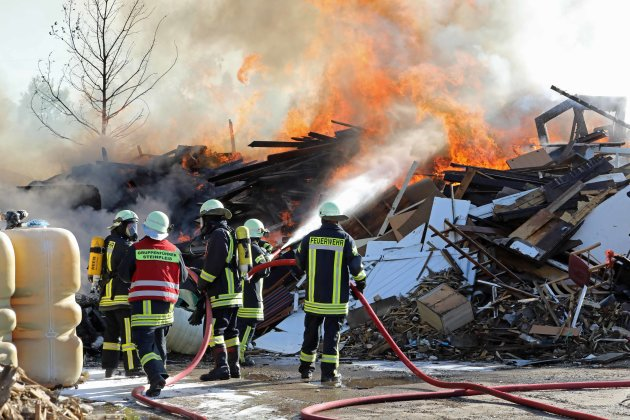 Auf dem Gelände eines Entsorgungsbetriebes in Steinpleis standen Holzabfälle in Flammen.