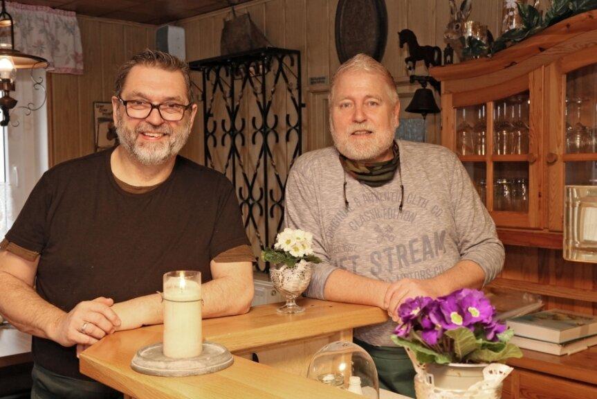 """Siggi (rechts) und Kalle Ortmann haben ihre Travestie-Bar auf Gran Canaria verkauft und die Gaststätte """"Zur Schmiede"""" in Ortmannsdorf übernommen, in der sie derzeit nur Abholservice anbieten dürfen."""