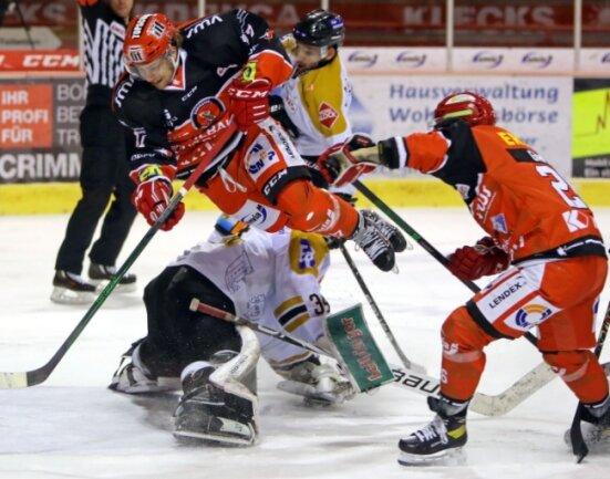 Die Partie der Eispiraten gegen Ravensburg war hart umkämpft. Dies bekam auch Mathieu Lemay gegen den Gäste-Keeper zu spüren.