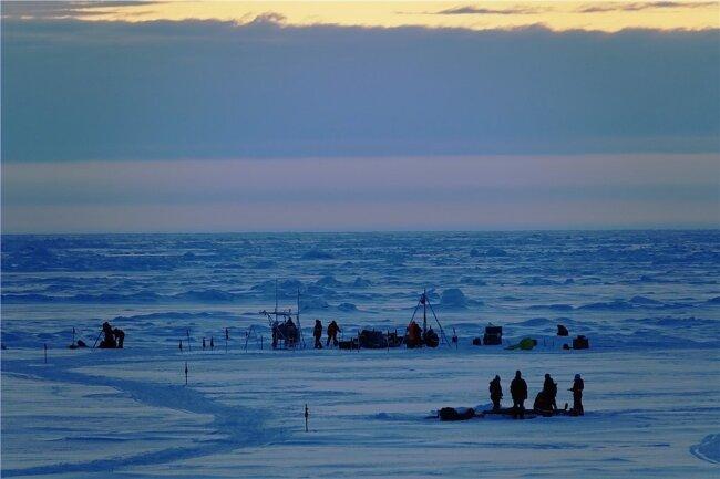 """Wissenschaftler der """"Mosaic""""-Expedition bei ihrer Arbeit auf dem Eis in der Arktis - eine Landschaft, die sich in einigen Jahrzehnten weiter massiv verändern könnte."""