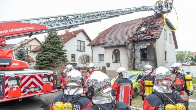 Von der Drehleiter aus hat die Feuerwehr die Ziegel entfernt und den Brand bekämpft.
