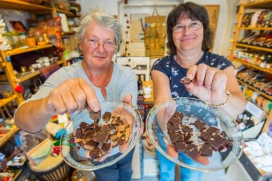 Die Eibenstockerinnen Birgit Krause (links) und Birgit Mädler laden zum Schokoladen-Verkosten in den Eine-Welt-Laden ein.