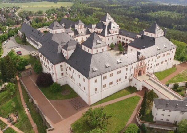 """Beeindruckende Luftaufnahme: Der Film """"Augustusburg von oben"""" soll im Stadthaus Augustusburg gezeigt werden."""