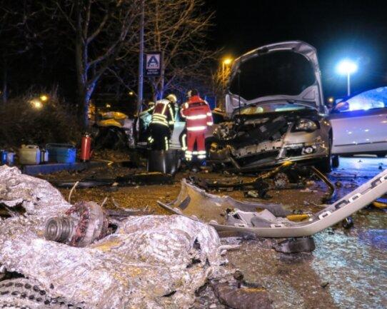 Bild der Verwüstung am Carolateich: Bei dem Unfall im Dezember 2019 riss die Wucht des Aufpralls den Motor aus dem Verursacherfahrzeug.