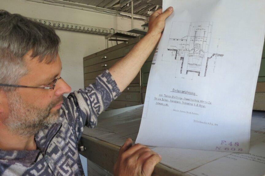 In einem der Räume einer alten Maschinenfabrik in Raschau hat Udo Schindler ein Archiv mit Hunderten von Bau- und Entwurfszeichnungen diverser Maschinen und Anlagen entdeckt, die hier gefertigt wurden.