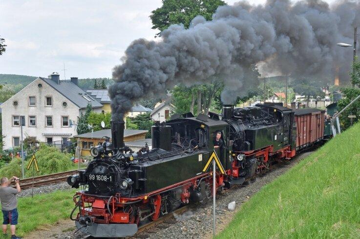 Die Schmalspurlok der Baureihe IV K der früheren sächsischen Eisenbahn Nummer 99 1608, hier als Vorspannlok, wird seit Donnerstag bei sogenannten Lastprobefahrten auf dem Schienengleis der Fichtelbergbahn getestet.