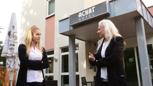 Nele Prager (links) und Susann Kegel, beide Mitarbeiterinnen im Achat-Hotel in Kappel, hoffen auf mehr Gäste. Zeitweises Beherbergungsverbot und neue Regeln verunsichern sowohl Besucher als auch Hoteliers.