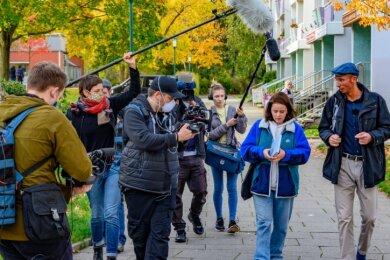 Ulrike Schell (Zweite von rechts) und Norbert Engst (rechts) führten die Kulturhauptstadt-Jury per Livestream den Ikarus-Boulevard entlang.